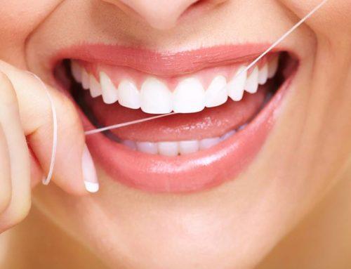 Upotrebom zubnog konca potpuno očistite zubni plak